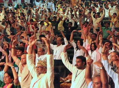 2012年12月17日至19日,在首屆世界精神領袖會議上,參與精神領袖會議中的貴賓集體學習功法。