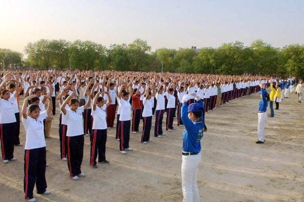 印度警察大學千名學生學煉法輪功。(明慧網)