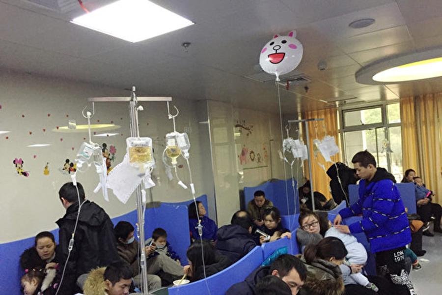 諾如病毒目前進入高發期,大陸已有多地學校因出現諾如病例停課。圖為武漢一家醫院的兒科門診。(大紀元資料室)