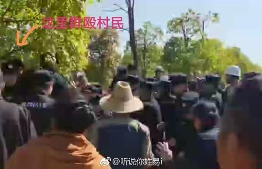 連續多日,江西九江市柴桑區赤湖工業園上千名村民抗議建垃圾焚燒發電廠,大批特警到現場鎮壓。(影片截圖)