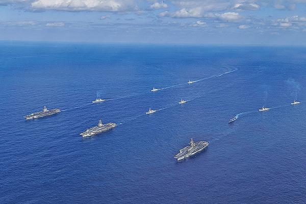 上周六(11月3日),美國、日本及加拿大在西太平洋舉行「利劍」(Keen Sword)軍事演習。美國列根號航空母艦加入軍演。圖為美軍第五航母戰鬥群資料圖片。(South Korean Defense Ministry via Getty Images)