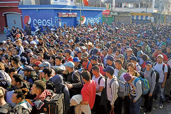 11月2日,來自薩爾瓦多的難民潮等待進入危地馬拉和墨西哥國際邊境橋樑。(AFP)