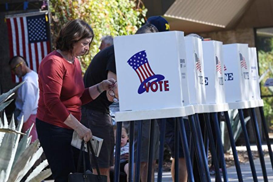 11月3日加州帕薩迪納的選民正在參加早期投票。(MARK RALSTON/AFP/Getty Images)