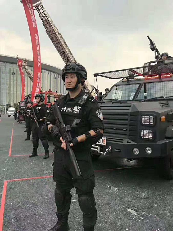 上海草木皆兵。(推特圖片)