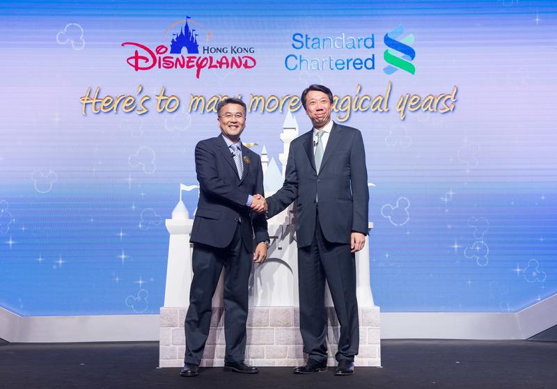 香港迪士尼樂園度假區與渣打銀行慶祝合作10周年,雙方今天於樂園進行隆重的儀式,宣布企業聯盟關係邁向新里程。(迪士尼提供)