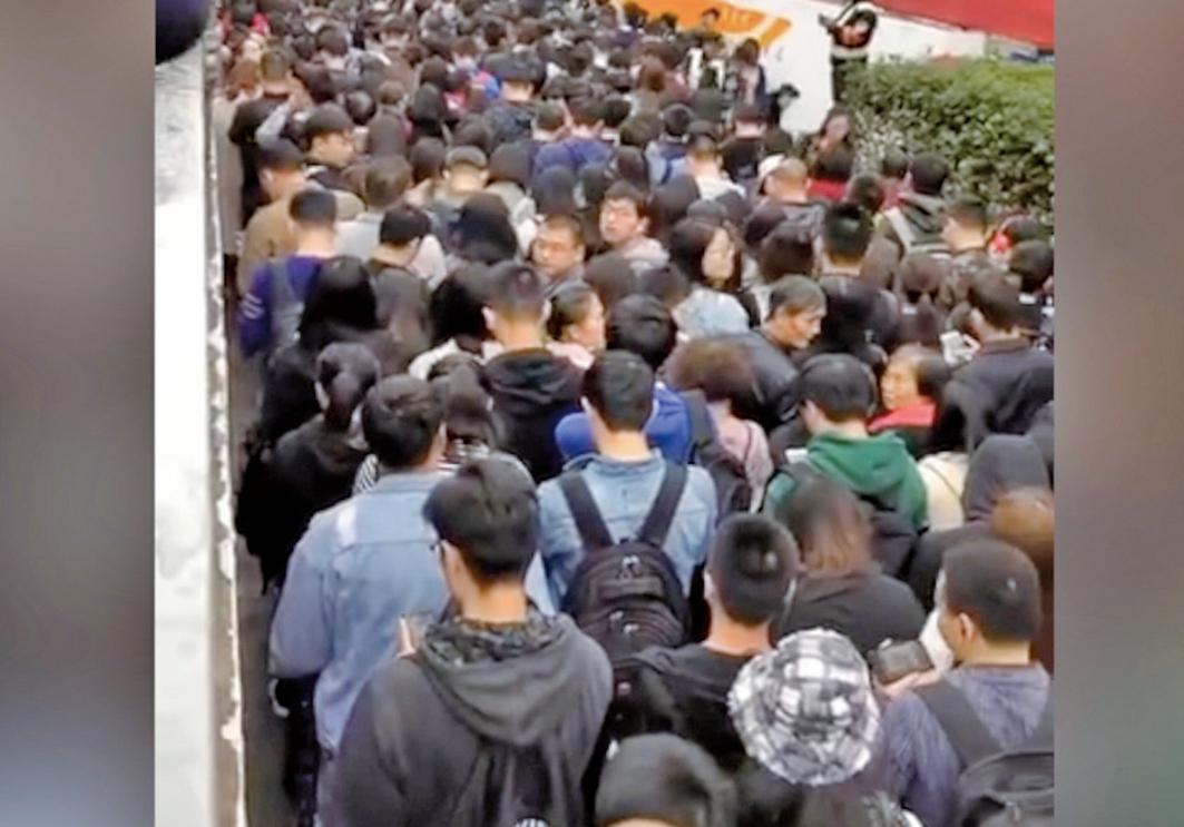 中國國際進口博覽會(簡稱,進博會)首日,上海當局進行交通管制,導致不少上班民眾被堵在地鐵站。(影片截圖)