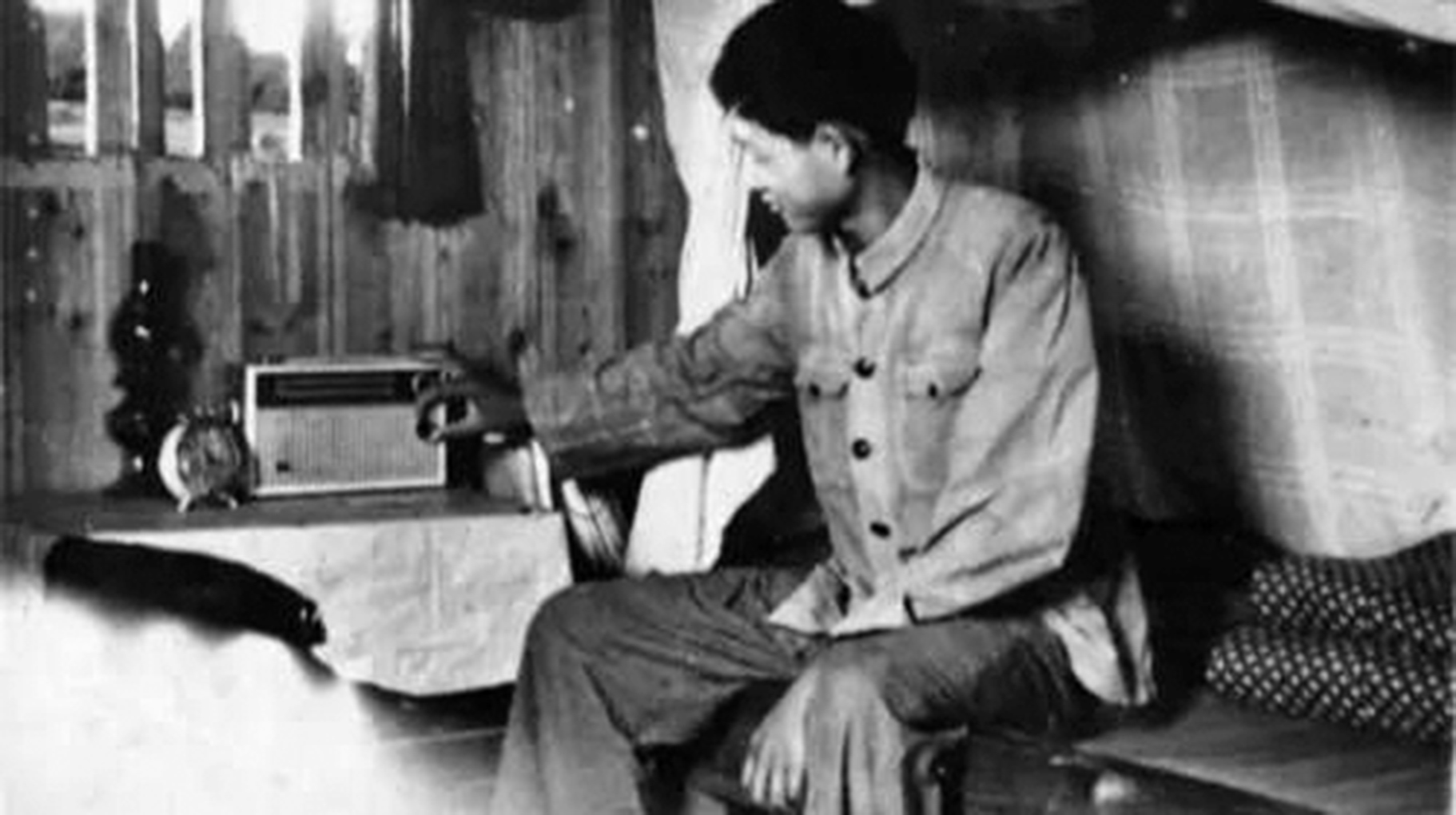 文革時收聽「敵台」,讓很多中國人在黑暗的歲月中,找到了真相,並因此而學會獨立思考,走向覺醒。(網路圖片)