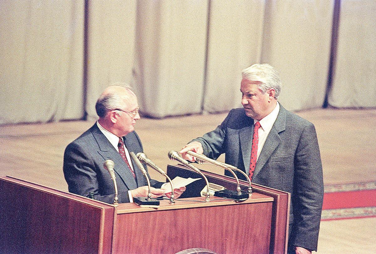 圖為1991年8月23日,俄羅斯總統鮑利斯葉利欽(右)和蘇聯總書記米哈伊爾戈爾巴喬夫在莫斯科。政變失敗後,戈爾巴喬夫於1991年8月22日返回莫斯科。 (PIKO / AFP / Getty Images)