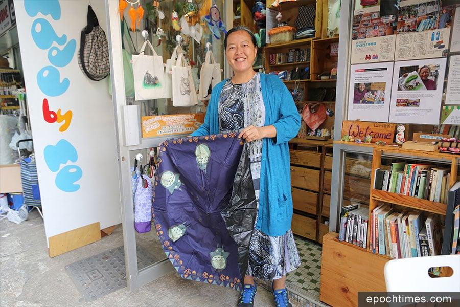 Flora收集棄置傘布,進行環保手工創作。(陳仲明/大紀元)