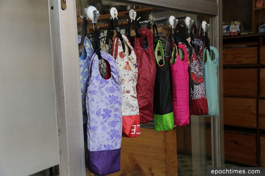 手作新產品——吸水雨傘套,運用棄置傘布製成。(陳仲明/大紀元)
