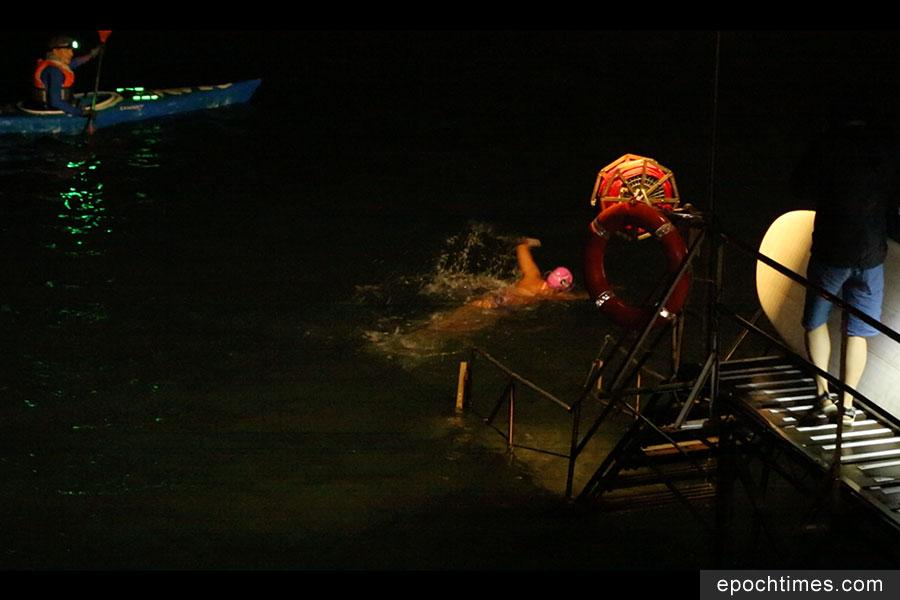11月3日清晨4時50分,Edie Hu從西環泳棚出發,展開環游香港島的HK360Swim海泳挑戰。(陳仲明/大紀元)