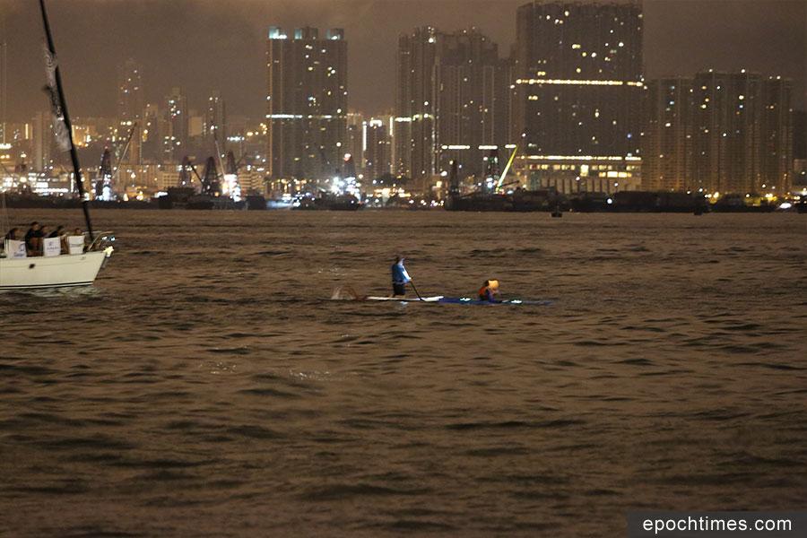 11月3日清晨5時半許,Edie Hu從堅尼地城對出的卑路乍灣,游泳進入維多利亞港。(陳仲明/大紀元)
