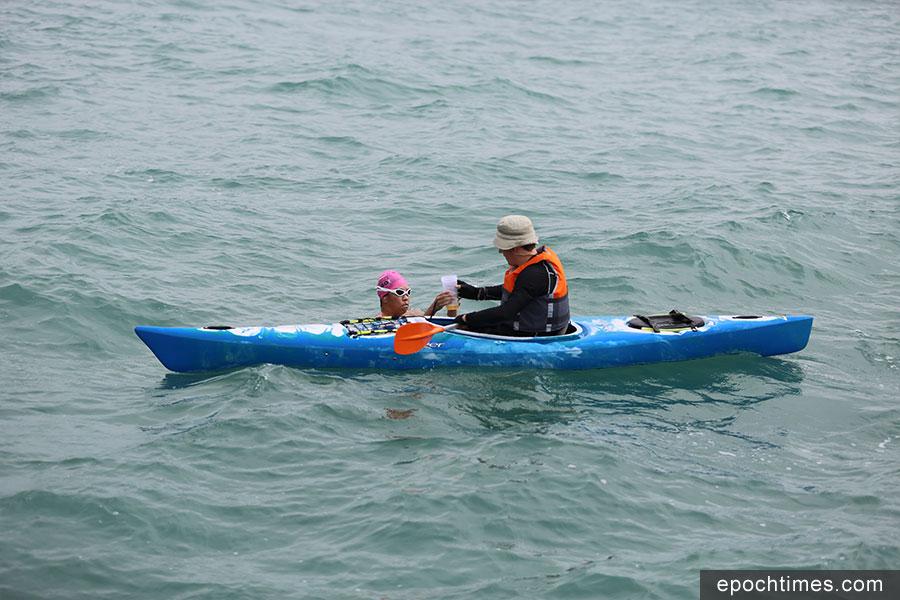 Edie Hu在石澳對出海域稍事休息補給,然後繼續行程。(陳仲明/大紀元)