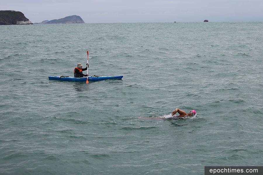 11月3日,Edie Hu接受環游香港島HK360Swim海泳45公里挑戰。圖為Edie Hu在挑戰期間游經藍塘海峽。(陳仲明/大紀元)