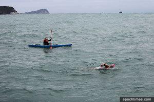 首位女華人成功環游港島 籌款助弱勢社群學游泳