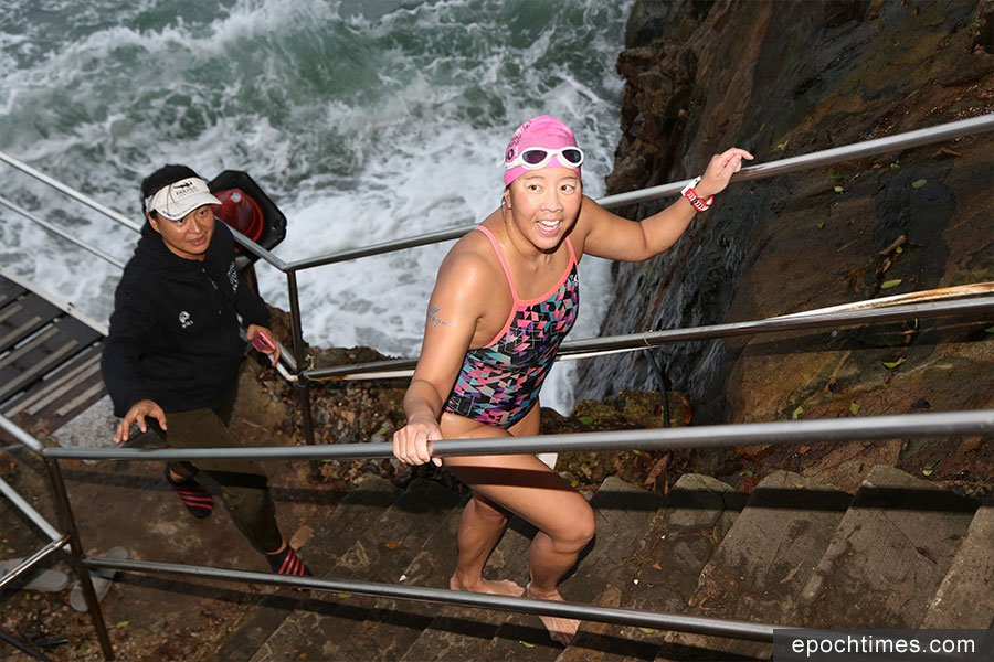 Edie Hu以12小時37分完成環游香港島HK360Swim海泳挑戰。(陳仲明/大紀元)