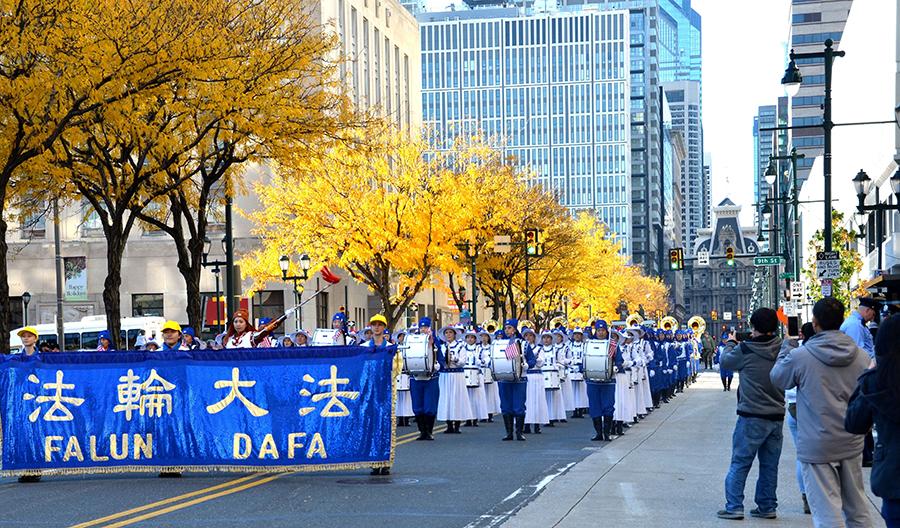 2018年11月4日,天國樂團在費城參加退伍軍人節大遊行,是唯一的華人隊伍,也是當天遊行中人數最多的隊伍。(良克霖/大紀元)
