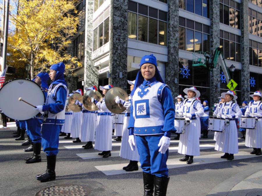 天國樂團的周指揮表示,參加這個遊行是希望以音樂形式告訴世人法輪大法的美好。(楊茜/大紀元)