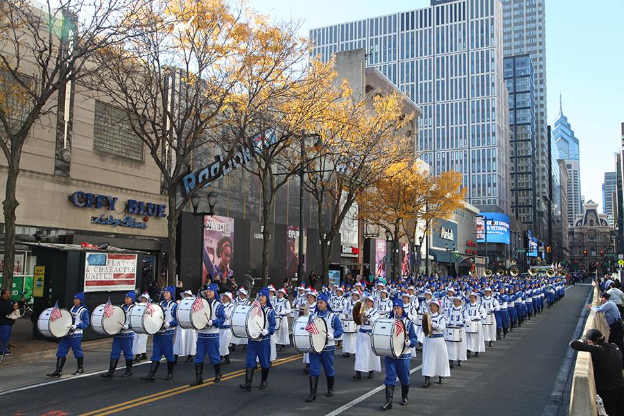 2018年11月4日,天國樂團在費城參加退伍軍人節大遊行,是唯一的華人隊伍,也是當天遊行中人數最多的隊伍。(何平/大紀元)