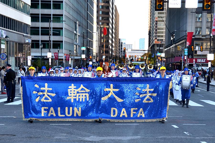 2018年11月4日,天國樂團在費城參加退伍軍人節大遊行,是當天唯一的華人隊伍,也是當天遊行中人數最多的隊伍。(良克霖/大紀元)