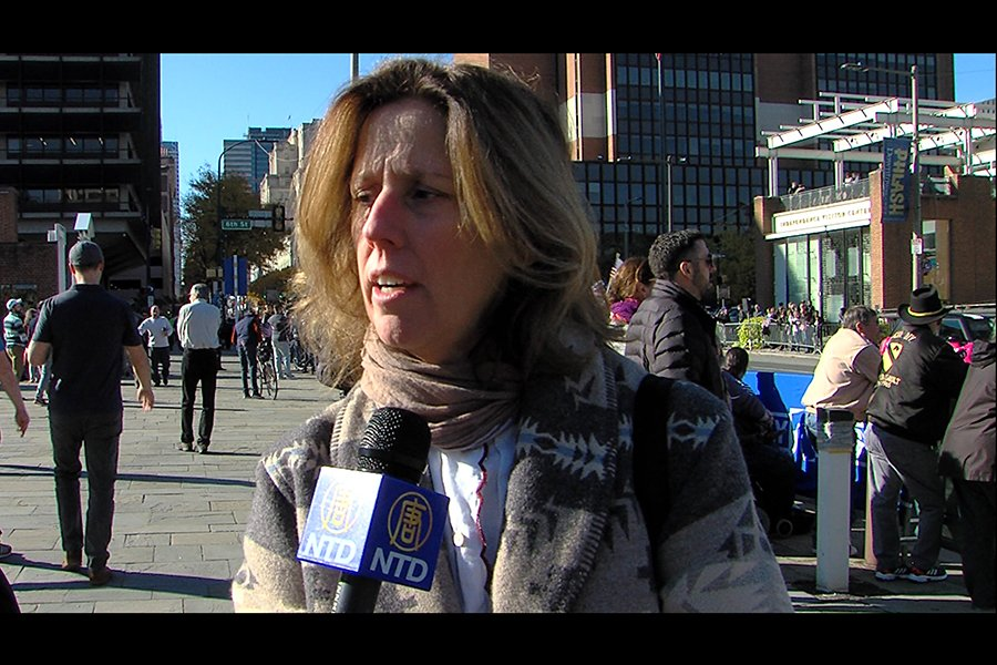 格里芬(Connie Griffin)女士表示:天國樂團很精彩,演奏非常激勵人心和感人。(新唐人電視台)