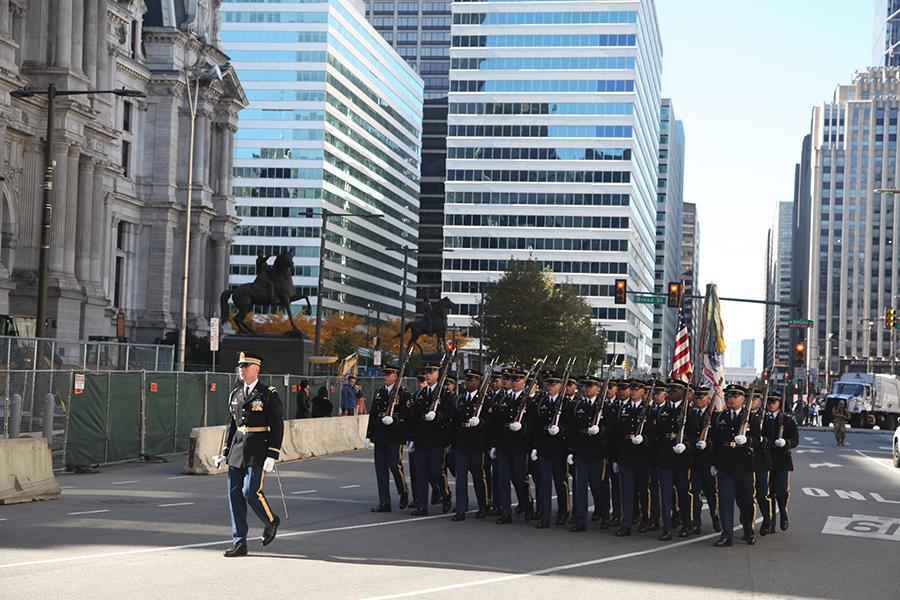 參加費城退伍軍人節大遊行的軍人。(何平/大紀元)