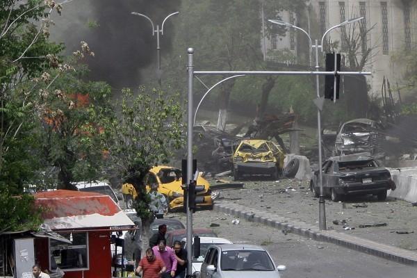 敘利亞首都大馬士革的郊區,於2016年6月10日發生兩宗自殺式的汽車炸彈攻擊,造成至少8人死亡、數十人受傷。本圖為另一宗發生在大馬士革的汽車炸彈攻擊,與本文無關。(LOUAI BESHARA/AFP/Getty Images)