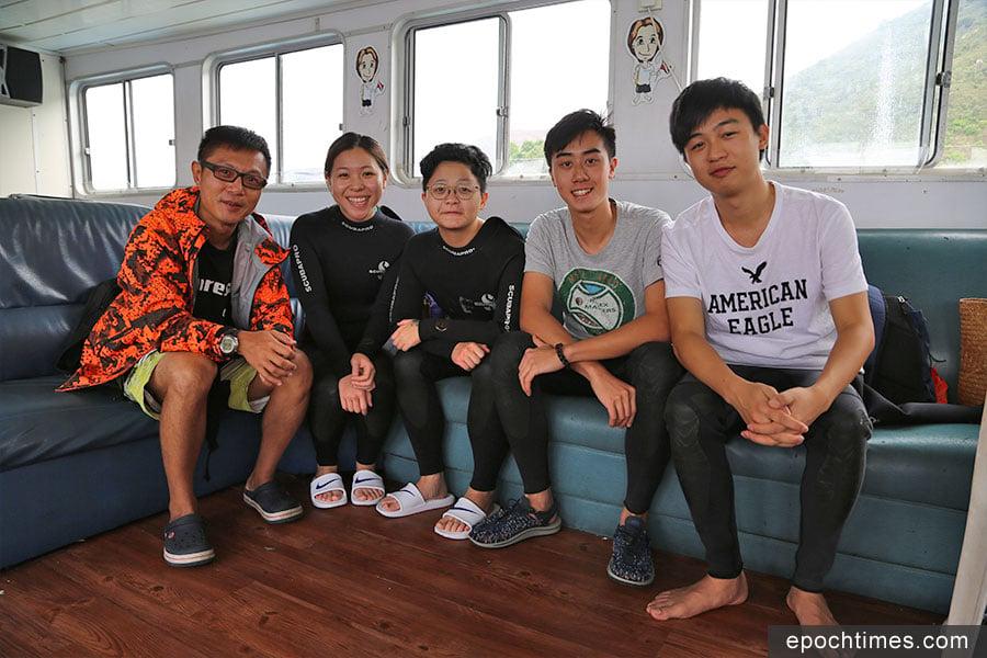 潛水教練Pat(左一)與一眾學員合照。(陳仲明/大紀元)