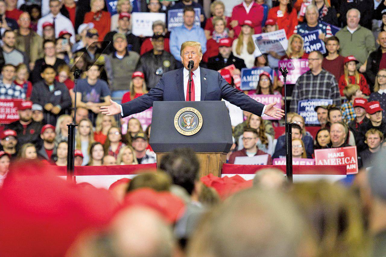 11月5日中期選舉前一天,特朗普參加印第安納韋恩堡(Fort Wayne)集會,為共和黨候選人助選。圖為特朗普總統致辭。(Getty Images)