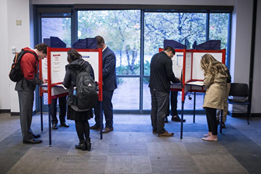 11月6日,美國舉行中期選舉,弗吉尼亞州阿靈頓市選民在投票站投票。(Zach Gibson/Getty Images)