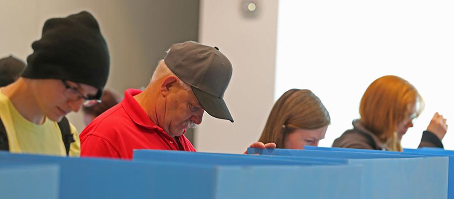 2018年11月6日美國舉行中期選舉,猶他州普羅沃選民在投票站投票。(George Frey/Getty Images)
