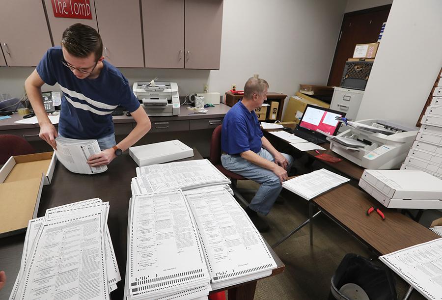 2018年11月6日美國中期選舉中,猶他州普羅沃選舉工作人員準備用機器計算數千張已處理的郵寄選票。在中期選舉中,猶他州的早期投票率最高。(George Frey/Getty Images)