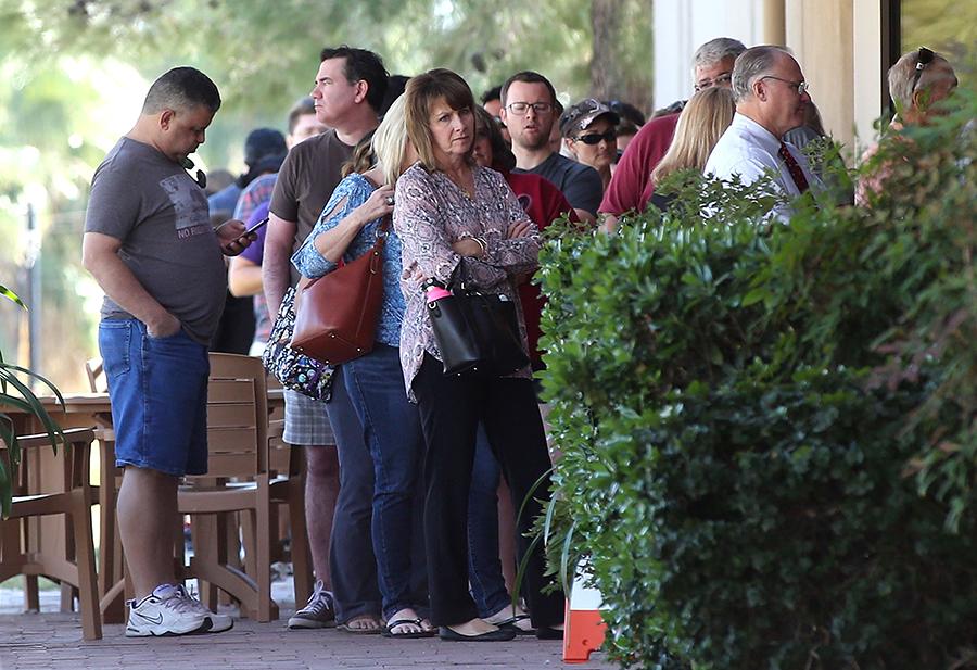 2018年11月6日美國舉行中期選舉,亞利桑那州鳳凰城選民排隊等待投票。 (Ralph Freso/Getty Images)