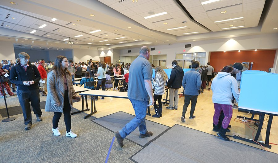 2018年11月6日美國中期選舉,猶他州普羅沃選民在一個投票中心排隊等候投票。 (George Frey/Getty Images)