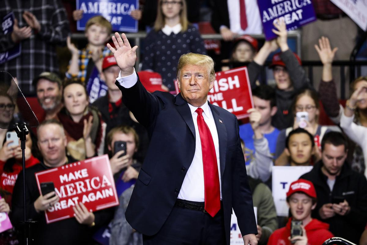 11月5日,特朗普在印第安納州韋恩堡的集會上演講,為競選印州聯邦參議員的共和黨候選人麥克‧布朗(Mike Braun)助選。 圖為特朗普總統登上演講台。(Getty Images)