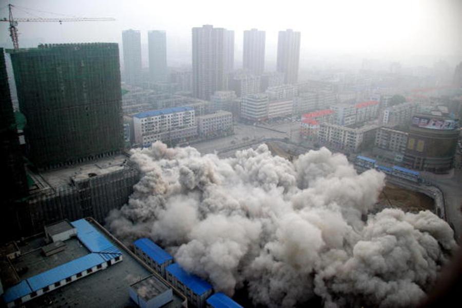 中共央行日前發布一份評估金融穩定性的報告,洩露中國民眾的財務狀況可能並不穩。圖為中國一處舊大樓的爆破實景。(AFP)