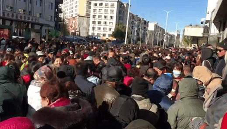 11月5日,黑龍江省大約一萬餘名民代幼教師,聚集到省信訪辦集體維權。(影片截圖)