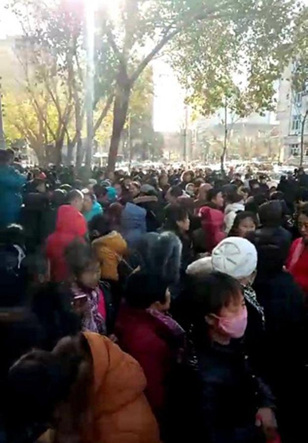 約上萬名民代幼老師聚集在黑龍江省信訪辦上訪。(影片截圖)