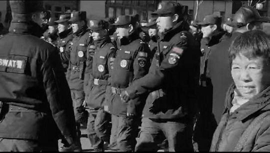當局派出大量警力現場驅趕教師。(影片截圖)