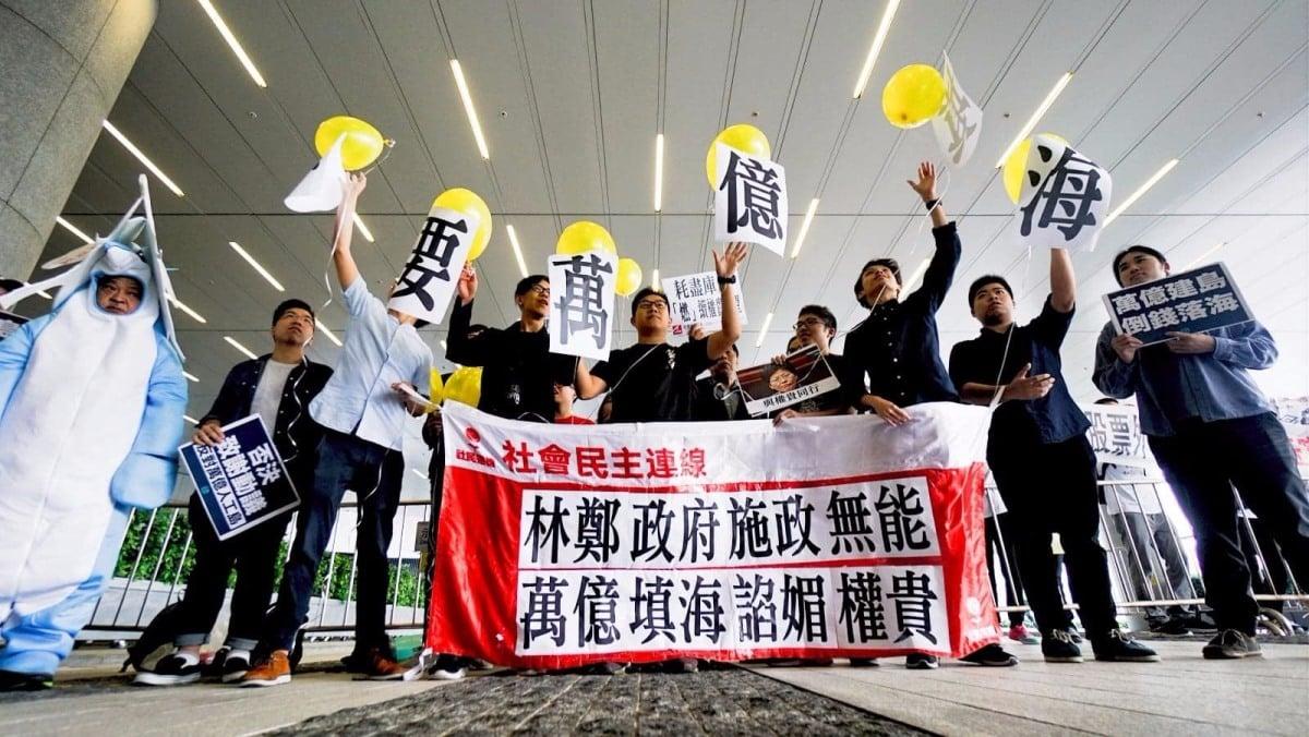 社民連及香港眾志等十多名成員到立法會外抗議,呼籲立法會否決致謝動議。(社民連提供)