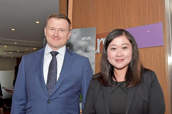(左起)亞司特律師事務所(Ashurst)合夥人James Comber及顧問陳仲敏。(郭威利/大紀元)