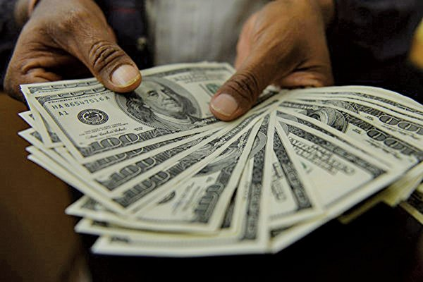 美元指數今年累計上漲4.5%,許多美國跨國企業不斷抱怨盈利受到影響。(PUNIT PARANJPE/AFP)