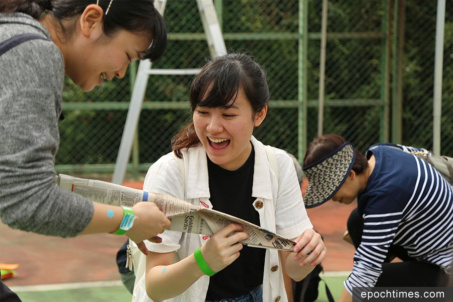 在互動體驗劇場表演中,參加者可一起參與「建造」飛機。(陳仲明/大紀元)