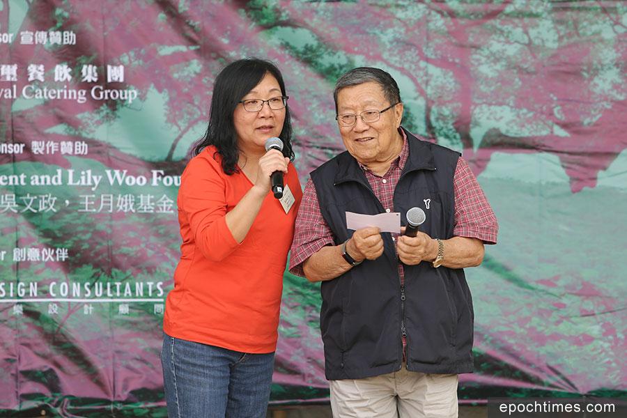 沙螺灣村村長李秀梅(左)與擔任上任村長的父親李志峯。(陳仲明/大紀元)