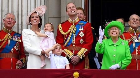6月11日,英國倫敦舉行了皇家軍隊閱兵儀式,慶賀英女皇伊利沙伯二世90歲大壽。皇室成員集體現身。英女皇身著鮮綠色套裝,在人群中非常吸睛。圖中從左至右分別為:查里斯王子、凱特王妃、夏洛特小公主、喬治小王子、威廉王子、哈里王子、英女皇、菲臘親王(Ben A. Pruchnie/Getty Images)