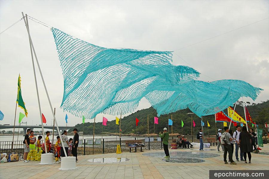 「翱翔」藝動沙螺灣活動中的藝術裝置「浮網」,以漁網象徵著漁村,展現昔日漁港的獨特味道。(陳仲明/大紀元)