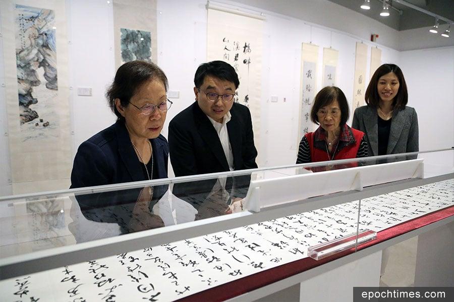 饒宗頤兩女兒饒清綺(右二)、饒清芬(左一)參觀《桃李萅華——拔萃》饒宗頤教授書畫展。(陳仲明/大紀元)