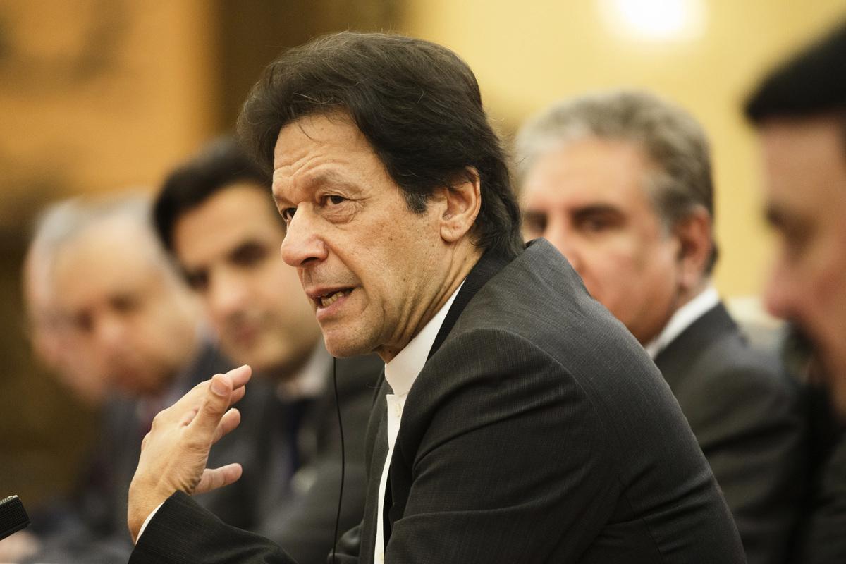 巴基斯坦總理伊姆蘭汗(Imran Khan)近日訪華。當地國營電視台在直播其訪華演說時,畫面字幕錯把Beijing(北京)寫成Begging(乞討),引發輿論關注。圖為伊姆蘭汗11月2日在北京與習近平會談。(Thomas Peter-Pool/Getty Images)
