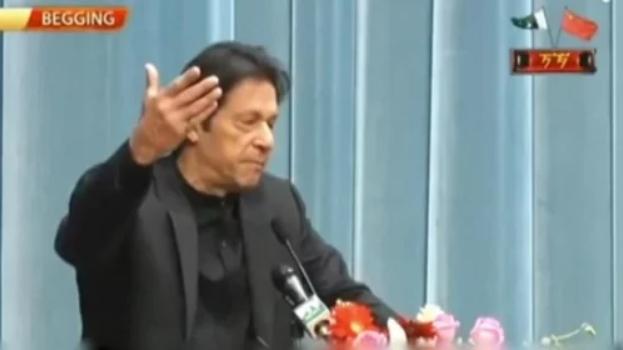 巴基斯坦國家電視臺直播伊姆蘭汗訪華時發表的演講,畫面左上方打出「BEGGING」(乞討)字樣。(影片截圖)
