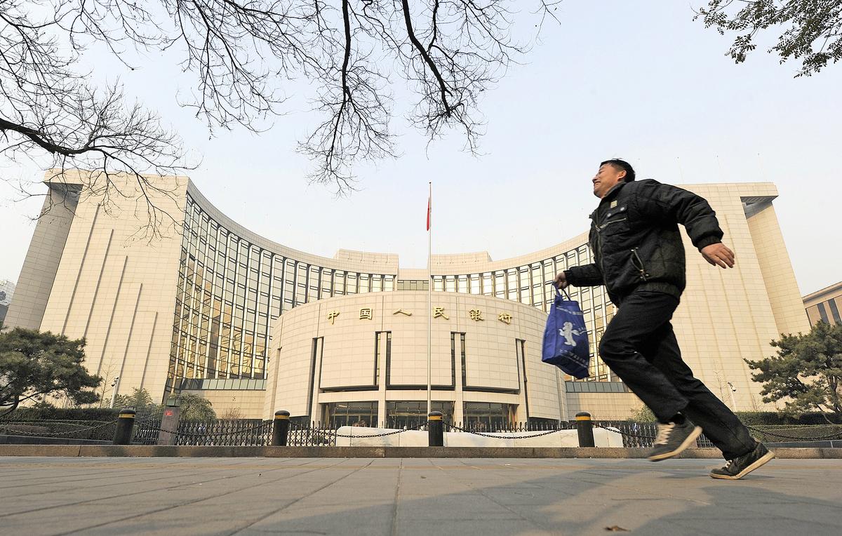 儘管中共嚴格控制資金外流,但隨著外貿中獲得的外匯開始出現減少,而海外的資金因為中國投資環境的惡化而「乾涸」,再加上美元的持續強勢,外匯儲備的持續減少可能會成為常態。圖為中共央行外景。(AFP)